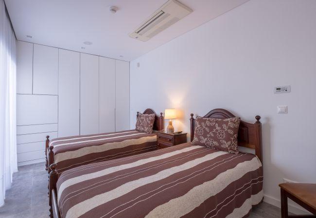 Ferienhaus Villa with free Wi-Fi | A/C | private pool | garden | tennis court | near beach | sea view (2163096), Luz, , Algarve, Portugal, Bild 23