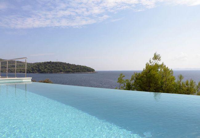 Modern Villa Carpe Korcula, next to the sea  in Kroatien
